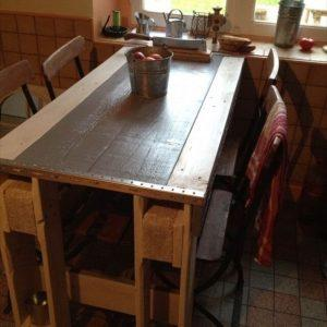 Get an Amazing Kitchen Table from Pallets