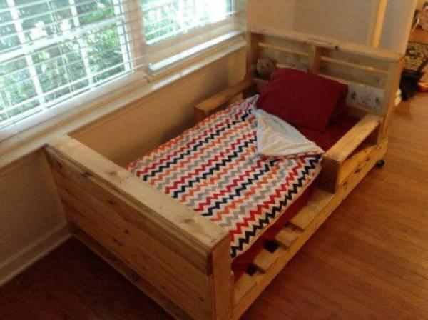 Toddler bed from pallets