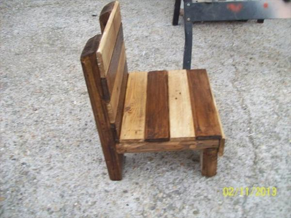 Diy small pallet chair for kids 101 pallets for Small chair for kid