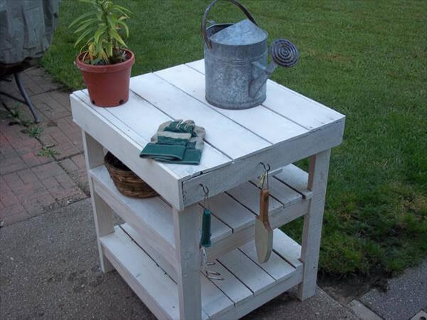 Diy pallet garden workbench bbq table 101 pallets for Diy pallet patio table