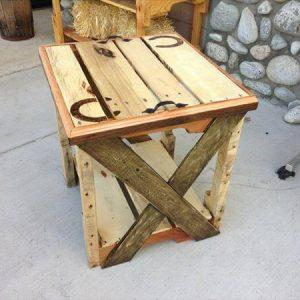 recycled pallet end table with horse shoe tag