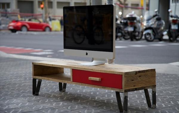 upcycled pallet TV stand with metal legs
