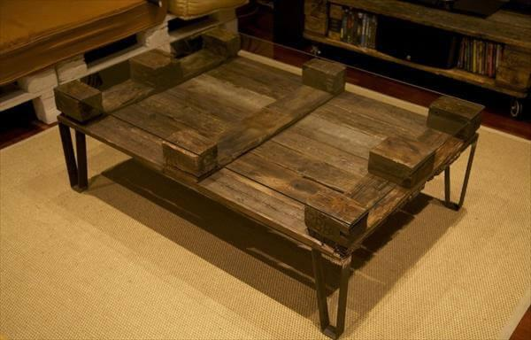 Attrayant Reclaimed Pallet Coffee Table With Metal Legs