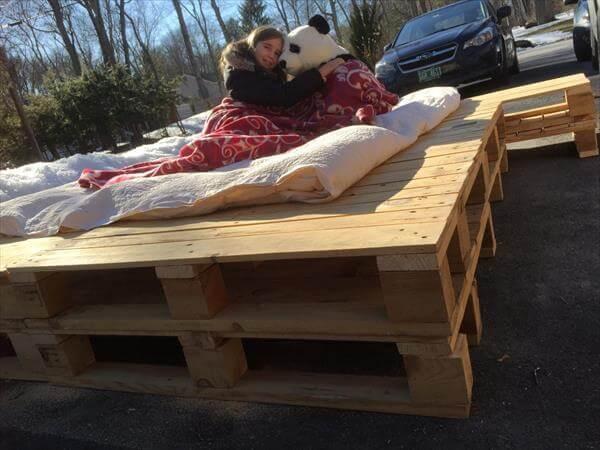 Diy Platform Pallet Bed With Side Table 101 Pallets