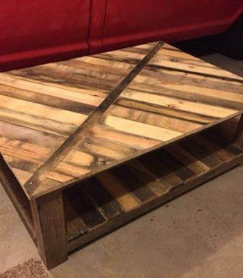 pallet coffee table with diagonal stripe pattern