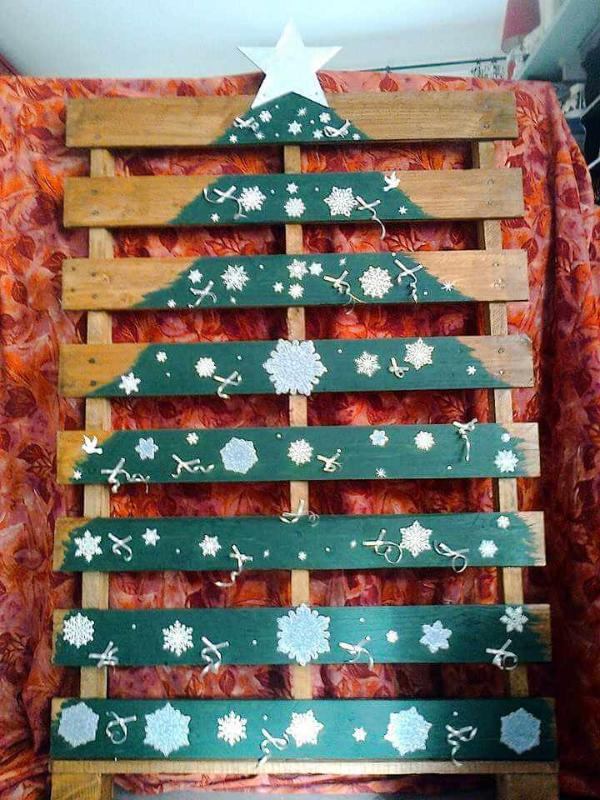 Pallet snowy tree decor