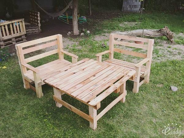 Charmant Pallet Outdoor Seating Set