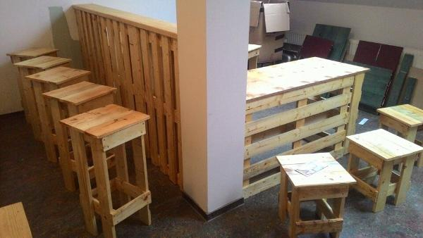 diy pallet bar with stools