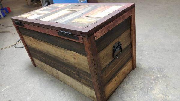 low-cost wooden pallet storage chest