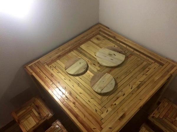 Recycled pallet table with stools