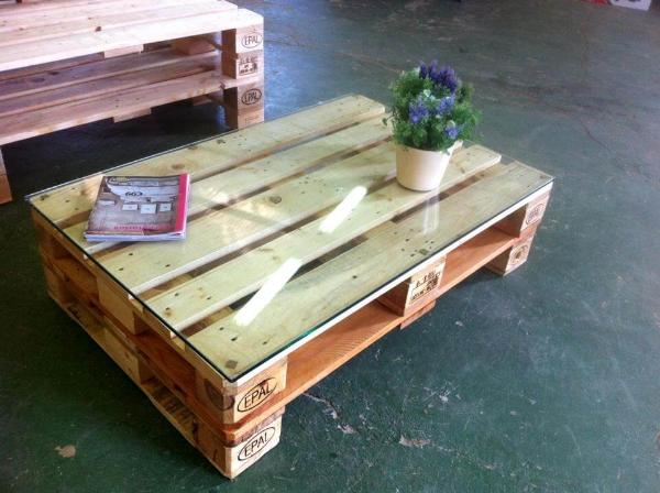 Recycled pallet chair with coffee table