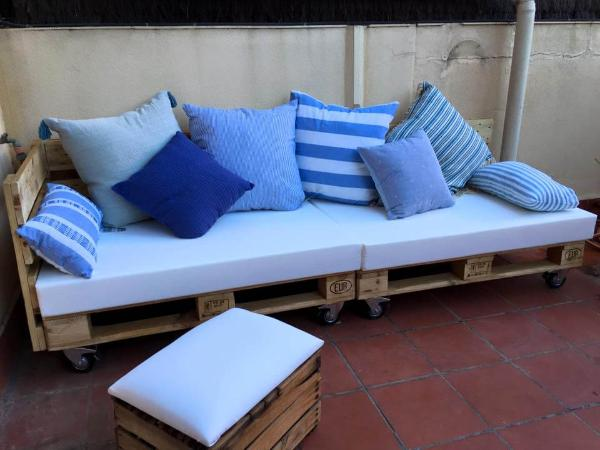 pallet cushioned seat or rolling sofa