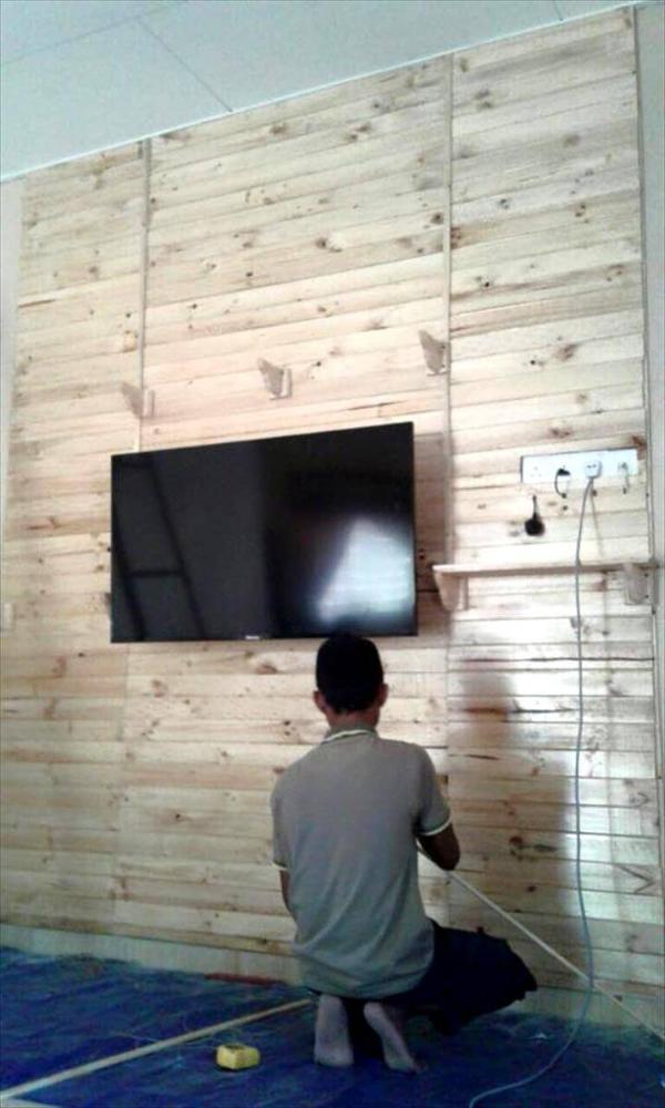 Wooden pallet media wall