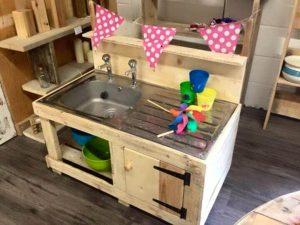 Pallet Mud Kitchen – Keeping kids busy over the summer hols