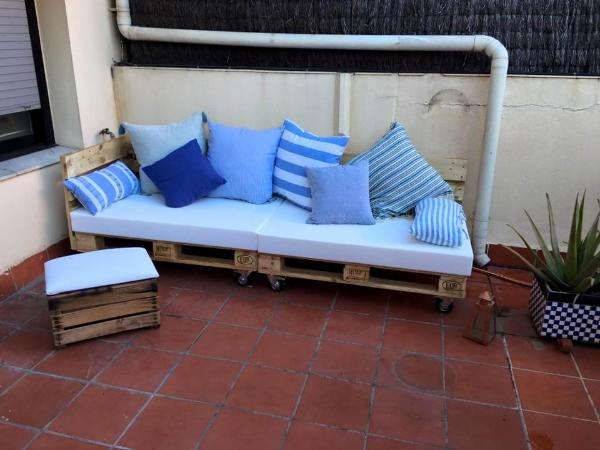 diy wooden pallet cushioned seat with matching ottoman